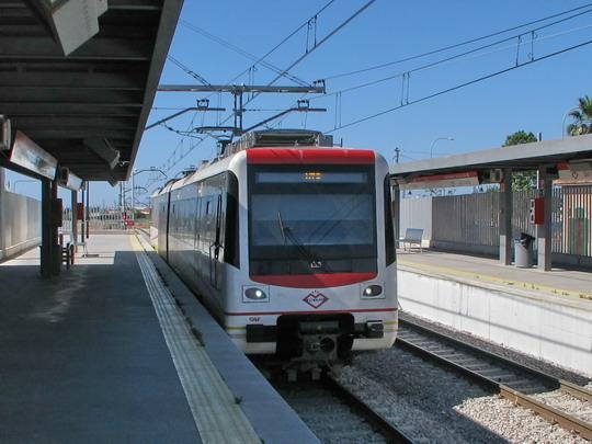 Jednotka metra s jeho ostrahou na palubě vjíždí od Palmy do stanice Son Sardina © PhDr. Zbyněk Zlinský