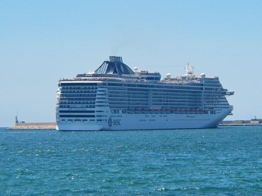 Turistický křižník MSC Fantasia (pro 3 959 pasažérů v 1 637 kabinách) vplouvá do přístavu Palma © PhDr. Zbyněk Zlinský