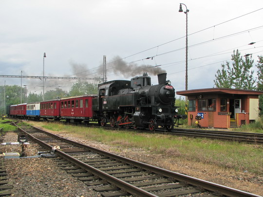 Výkolejka, vlak a úkryt ostražitého strážce předpisů © PhDr. Zbyněk Zlinský