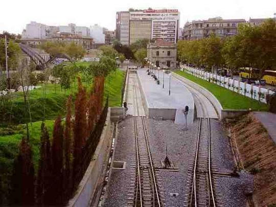 Zbytek nádraží FCM (už patřící FEVE) Palma v roce 1999, vzadu hotel Términus, zdroj: www.trensdemallorca.com