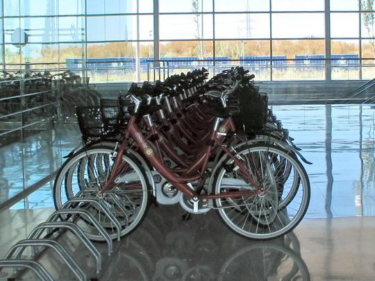 """11.06.2009 - UIB: odbavovací hala a parkoviště kol zápůjčního systému """"mou-te bé"""" (Bicicleta intermodal de Mallorca) © PhDr. Zbyněk Zlinský"""