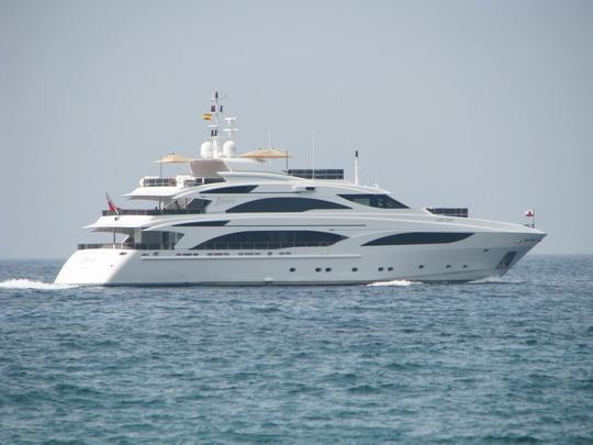 """05.06.2009 - Palma: britská jachta """"Diane"""" plující kolem Cala Major © PhDr. Zbyněk Zlinský"""