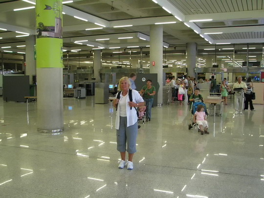 13.06.2009 - Palma, letiště Son Sant Joan: Helena po průchodu bezpečnostní kontrolou © PhDr. Zbyněk Zlinský