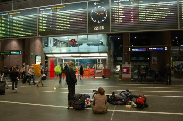 Odjezdové tabule v hale hlavního nádraží Oslo S. 17.8.2009 © Laborec425