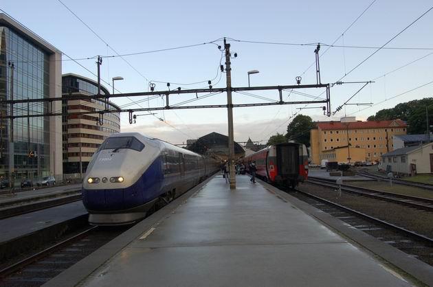 Ex 62 Bergen - Oslo před odjezdem a NZ 605 po příjezdu do stanice Bergen. 18.8.2009 © Laborec425