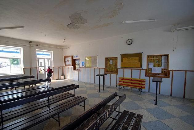 ŽST Bzenec, čakáreň by potrebovala opravu. 30. 8. 2009 © Ivan Wlachovský