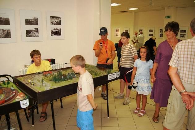 Súčasťou výstavy fotografií na Myjave bolo aj stanovište výhybkára zostavené z exponátov Železničného múzea Stará Turá a dve malé panelové koľajiská KŽM Bojnice.