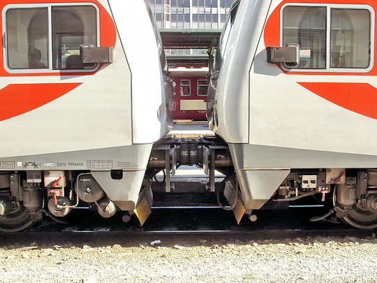 Spřažení vozů 971.031-0 a 971.026-0 na Os 9341 do Kolína. 19.05.2007 - Praha Masarykovo n. © PhDr. Zbyněk Zlinský