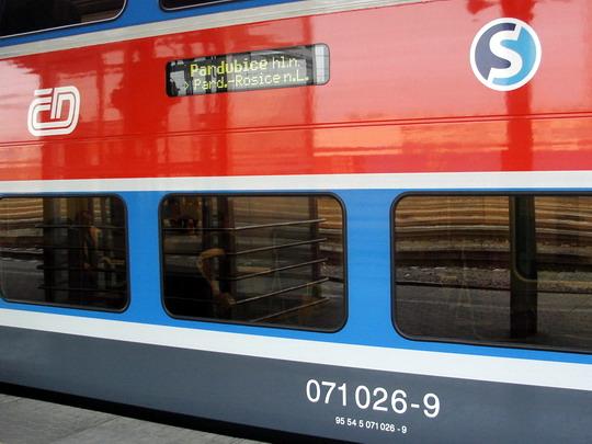"""Světelný informační panel, znak """"Eska"""" a označení vozu na bočnici 071.026-9, 12.2.2008 - Hradec Králové hl.n. © PhDr. Zbyněk Zlinský"""