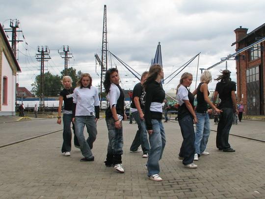 Taneční skupina na velké přesuvně © PhDr. Zbyněk Zlinský