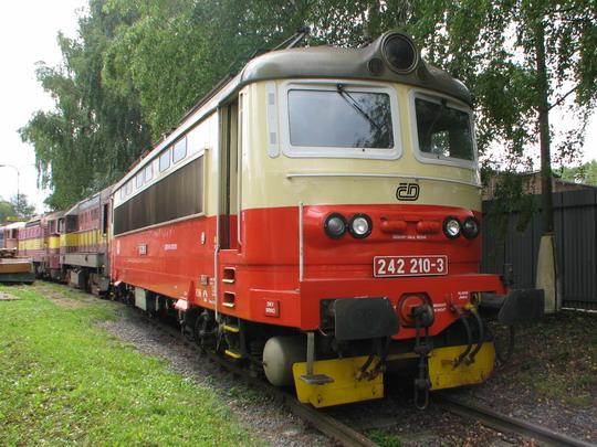 Opravená 242.210-3 v čele kolony naopak na zásah čekajících lokomotiv motorových © PhDr. Zbyněk Zlinský