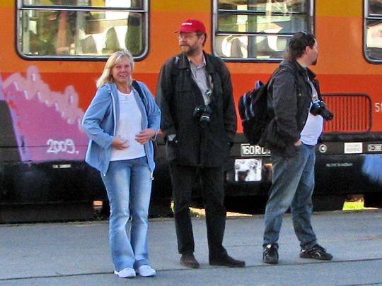 """Helena, Laci a """"kmotr"""" Radek na nástupišti brněnského hlavního nádraží © PhDr. Zbyněk Zlinský"""
