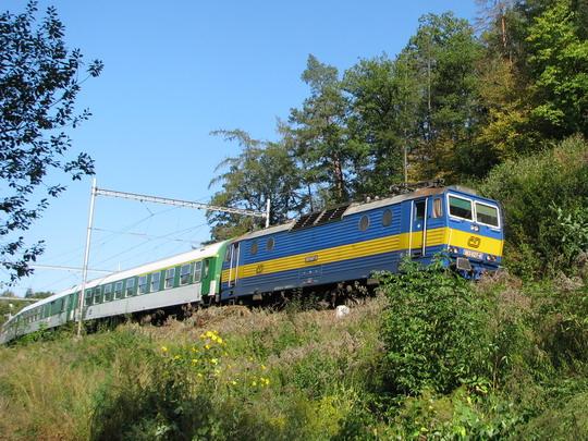 """363.027-4 míří od Bílovic k Brnu v čele opožděného R 869 """"Slavkov"""" © PhDr. Zbyněk Zlinský"""