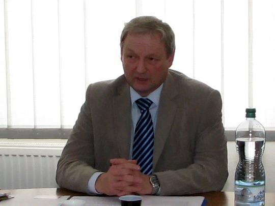 Na dotazy odpovídá Vladimír Záleský ze společnosti OREDO (Hradec Králové hl.n., 24.11.2009) © PhDr. Zbyněk Zlinský