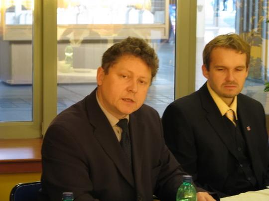 Na dotaz odpovídá Michal Štěpán, ředitel Krajského centra osobní dopravy Pardubice (Pardubice hl.n., 24.11.2009) © PhDr. Zbyněk Zlinský