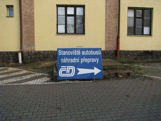Za jízdním řádem železničních spojů po silnici! (Hradec Králové hl.n., 24.11.2009) © PhDr. Zbyněk Zlinský