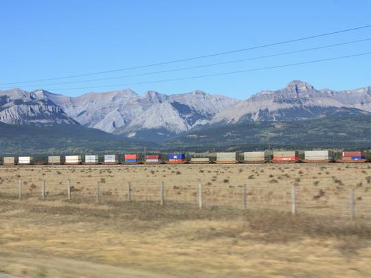 24.9.2009 - TransCanada Highway 1, AB. Počas cesty sme stretli kontajnery idúce na východ © Peter Uhlár