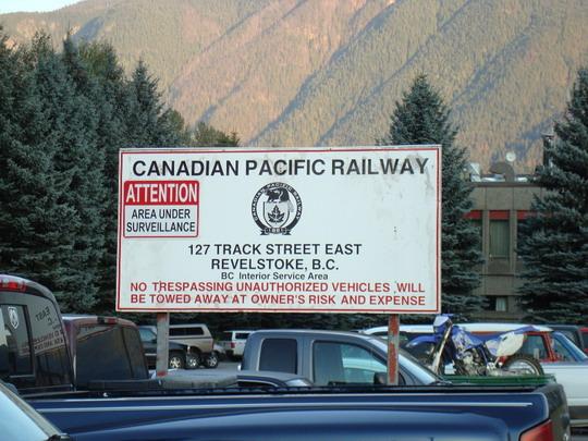 25.9.2009 - Revelstoke, BC. Výstražná tabuľa upozorňujúca na súkromný majetok železnice v Revelstoke © Michal Stríž