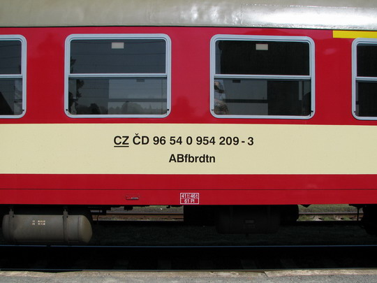 Označení vozu 954.208-5 podle TSI, které dlouho nevydrželo (11.04.2009 - Chlumec n.C.) © PhDr. Zbyněk Zlinský