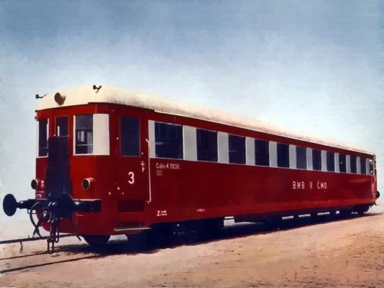 První své řady, vůz Calm 4-7030 z roku 1939 na retušovaném a kolorovaném továrním snímku