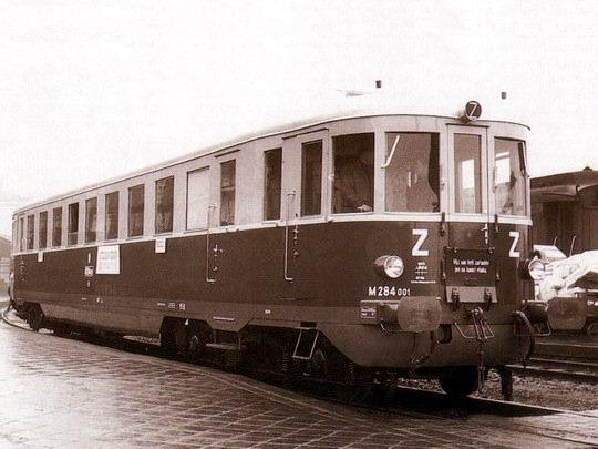 Zbrusu nový motorový vůz M 284.001 roku 1948 v žst. Brno hl.n. na archivním snímku