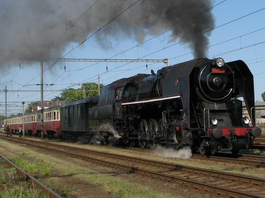 475.111 odváží vlak složený z vozů Bam do Liberce. Jaroměř 2.5.2009 © PhDr. Zbyněk Zlinsk