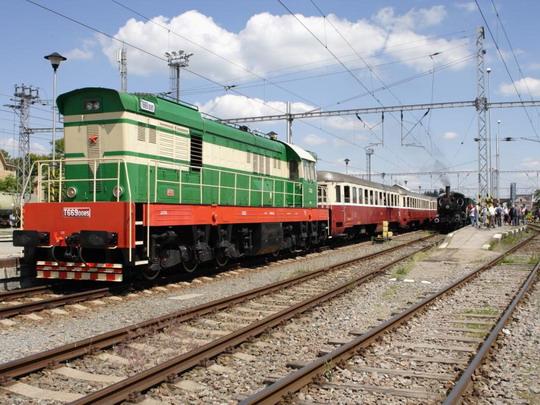 T 669.0085 a souprava vozů Bam na dětské pouti v Pečkách dne 10.6.2006 © Jiří Řechka