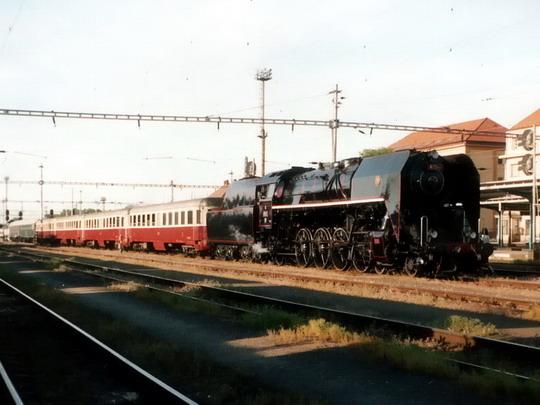 Souprava 475.111 s vozy Bam v žst.Hradec Králové hl.n. dne 24.5.2003 © PhDr. Zbyněk Zlinský