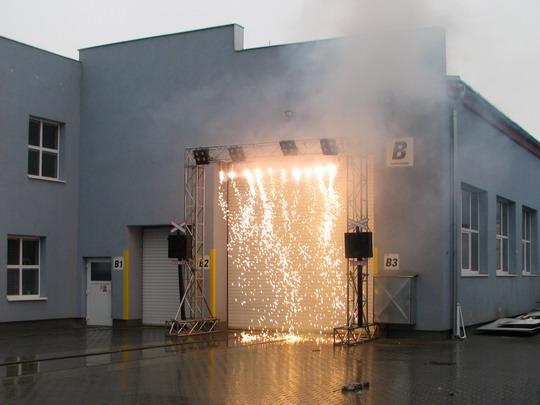 Ohňopád byl efektní, ale v daném počasí posléze značně nepříjemný © PhDr. Zbyněk Zlinský