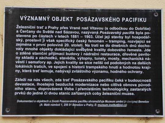 Vrané nad Vltavou: tabule v parčíku u nádraží © Radek Hořínek