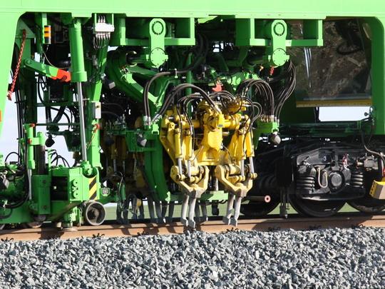 Detail podbíjecích agregátů stroje UNIMAT 09-16/4S u milovického přejezdu © Ing. Richard Bauer