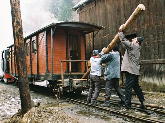 Nakolejování osobního vozu, který vykolejil v areálu RG Holz Company ve Vişeu de Sus (24.2.2008) © Jan Guzik