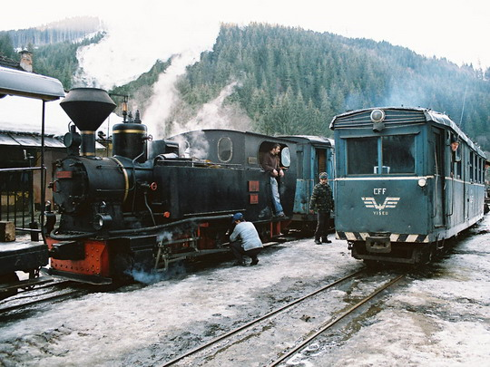 """Zvláštní vlak křižuje ve stanici Faina s pravidelným """"automotorem"""" (25.2.2008) © Jan Guzik"""