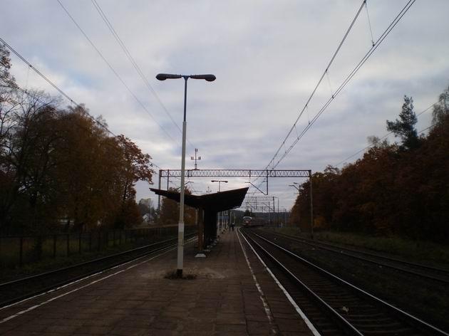 Zastávka Warnowo s odjíždějící jednotkou řady EN 57-2004 PKP PR.31.10.2009 © Jan Přikryl
