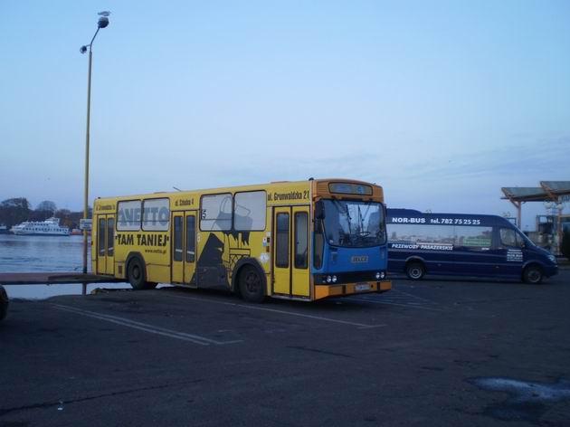 Letitý autobus Jelcz s celovozovou reklamou. 31.10.2009 © Jan Přikryl
