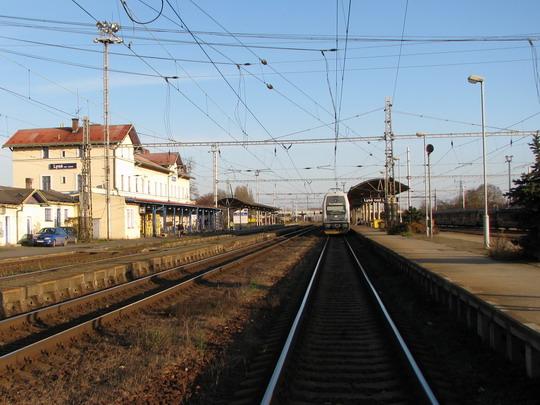 Dvojice jednotek řady 471 v Lysé nad Labem na Os 9446 směr Praha Masarykovo n. (18.11.2009) © PhDr. Zbyněk Zlinský