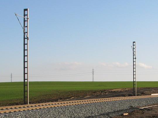 Dvojice sloupů trakčního vedení na trati u Milovic (18.11.2009) © PhDr. Zbyněk Zlinský