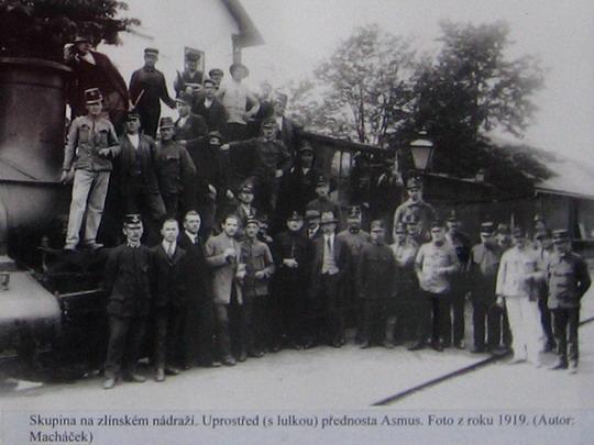 25.10.2009 - Dobový snímek z výstavy fotografií v žst. Zlín-střed; repro Stanislav Plachý