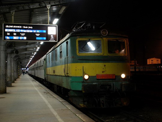141.054-7 v čele Os 3837 před odjezdem z olomouckého hlavního nádraží dne 20.6.2009 © Radek Hořínek