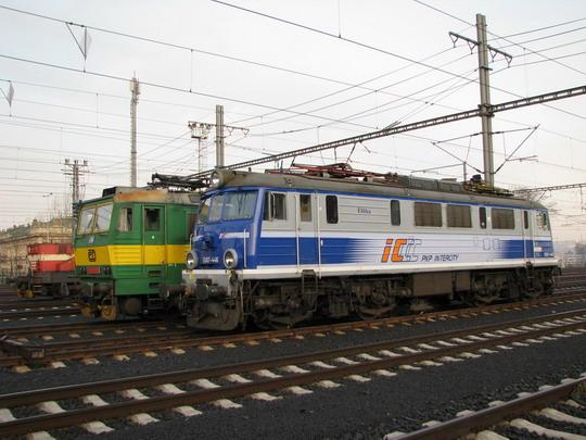 """111.035-2, 163.063-1 a EU07-446 """"Eliška"""" v žst. Praha hl.n. dne 10.12.2009 © PhDr. Zbyněk Zlinský"""