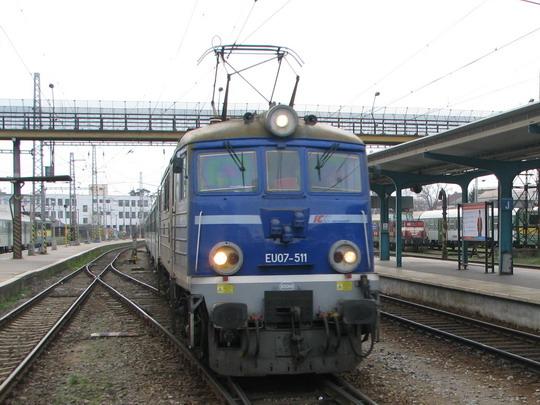 Kýžený okamžik nastal, EU07-511 přijíždí k peronu žst. Hardec Králové © PhDr. Zbyněk Zlinský