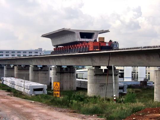 Stavba viaduktu prefabrikátmi - doprava prefabrikátu © F.Smatana