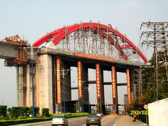 Oceľový most vo výstavbe - pohľad z cesty © archív FS
