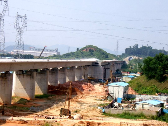 Budúca stanica - viadukt pre traťové koľaje hotový, rozdvojovacia časť pripravená © F.Smatana