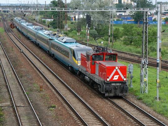 Jednotka 680.002 je odvážena na provozní zkoušky do Rakouska (06.07.2004 - Břeclav) © Milan Vojtek