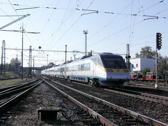 Jednotka 680.003 odjíždí jako SC 508 Ostrava - Praha (23.09.2006 - Pardubice hl.n.) © PhDr. Zbyněk Zlinský