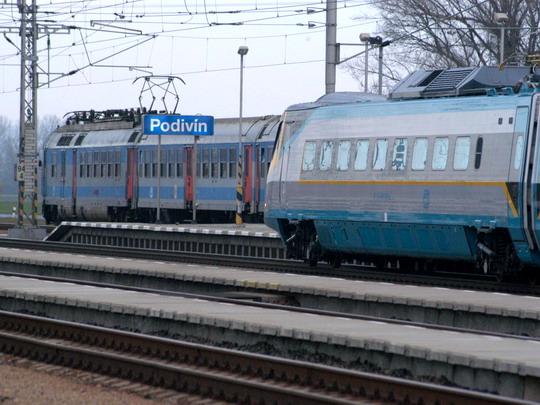 Groteskně symbolický  snímek 680.001 při testech na trati Podivín - Hrušovany u Brna (15.11.2004 - Podivín) © Milan Vojtek