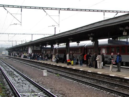 """Cestující čekají na SC 507 """"SC Pendolino"""" do Ostravy hl.n., na které najíždí jednotka 680.006 (15.09.2008 - Praha-Holešovice) © PhDr. Zbyněk Zlinský"""