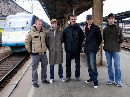 Davis Cup tým pózuje před jednotkou 681.005, jíž cestuje do Ostravy (01.03.2009 - Olomouc hl.n.) © Radek Hořínek