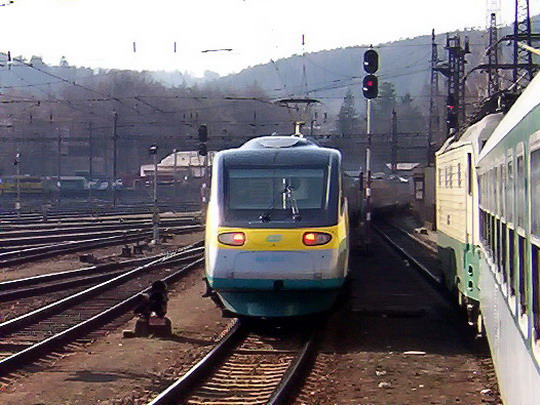 """Jednotka 680.002 jako SC 506 předjíždí """"banán"""" na R 622 """"Bečva"""" Vsetín - Cheb (08.04.2006 - Česká Třebová) © PhDr. Zbyněk Zlinský"""